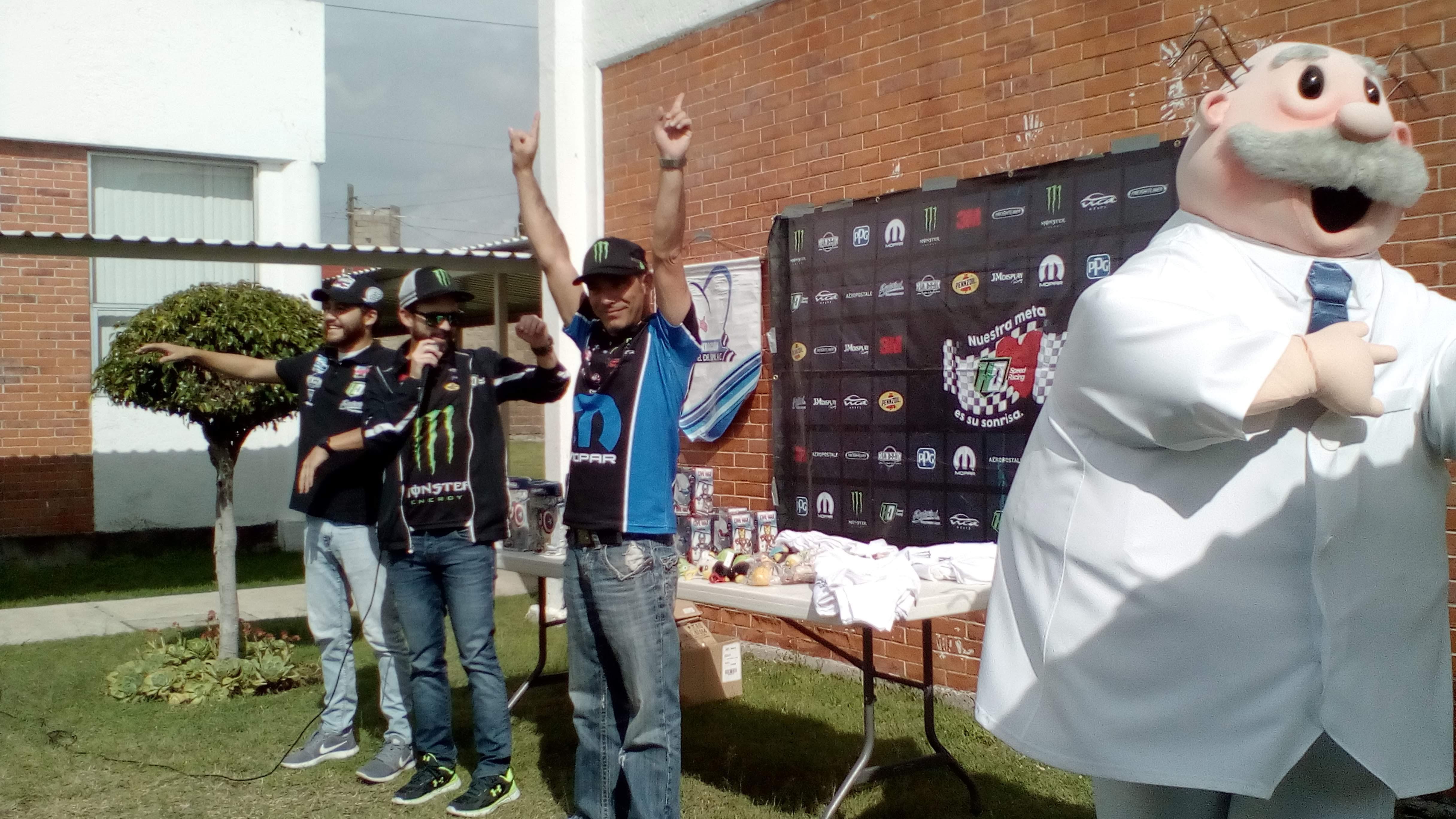 Pilotos de NASCAR visitan Fundación DOWN