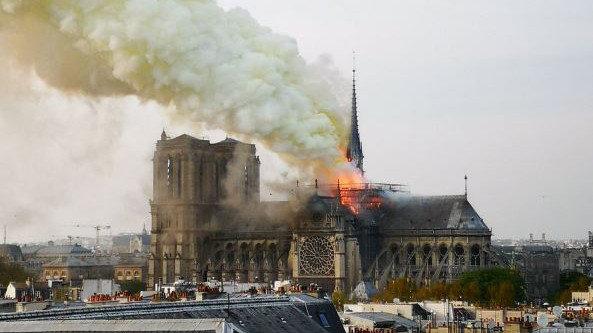 [VIDEOS] Impresionante incendio se registra en la catedral Notre Dame
