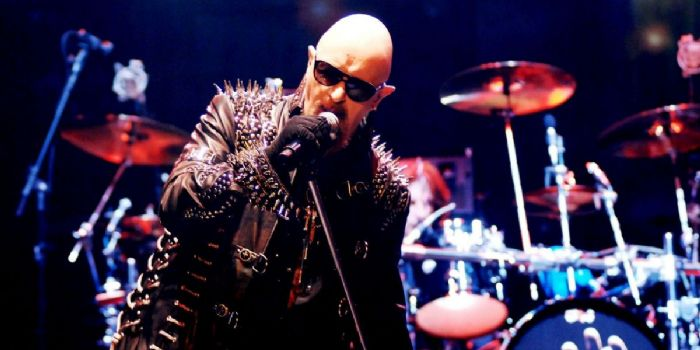 Rob Halford de Judas Priest patea celular de fan