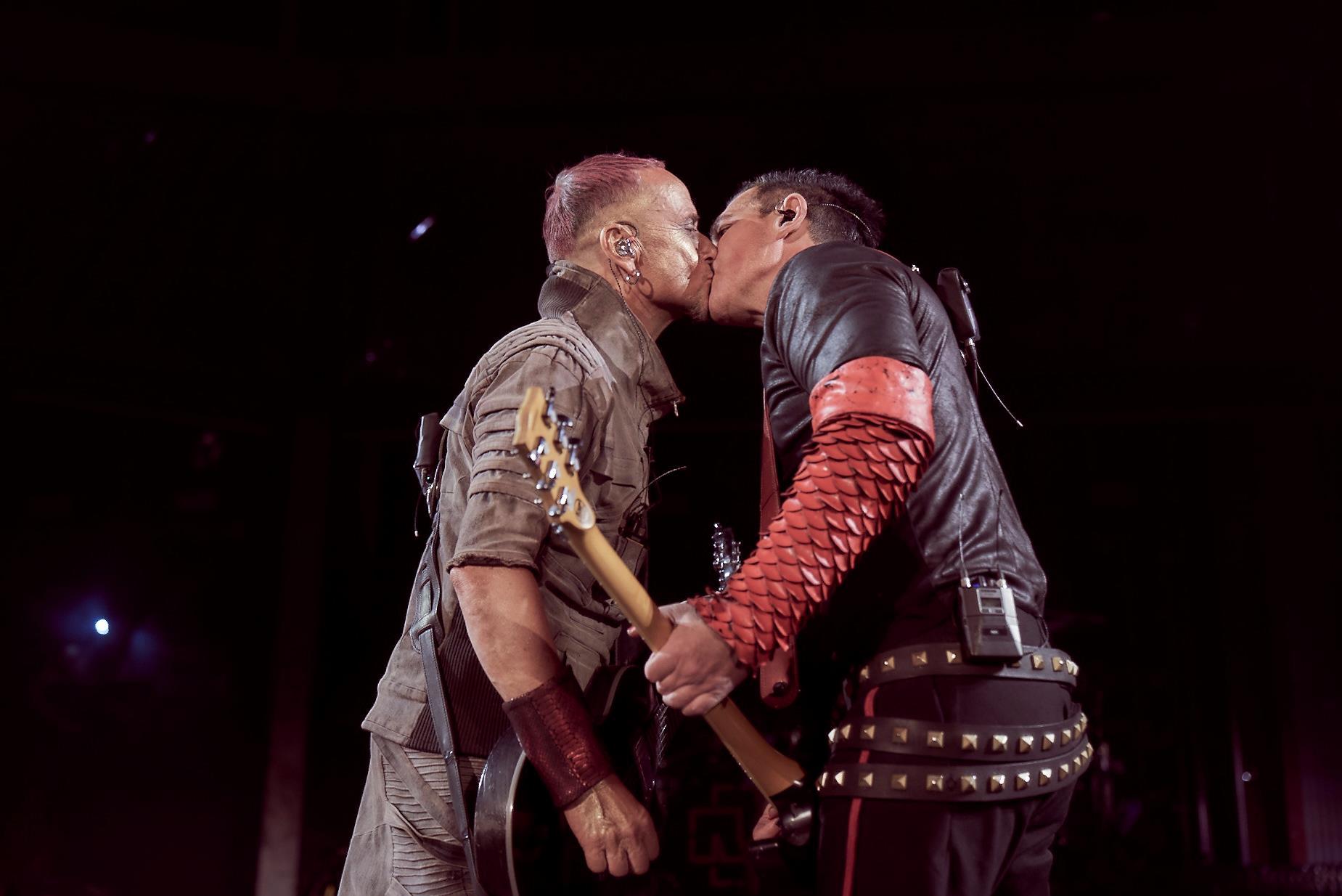 Integrantes de Rammstein se besan en protesta contra homofobia en Rusia