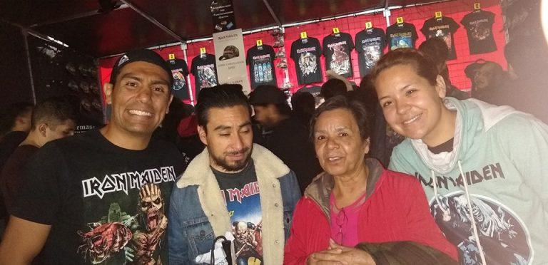 Madre acompaña a su hijo invidente a concierto de Iron Maiden