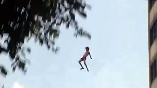 A 20 años del salto de Charly García desde el noveno piso a la alberca