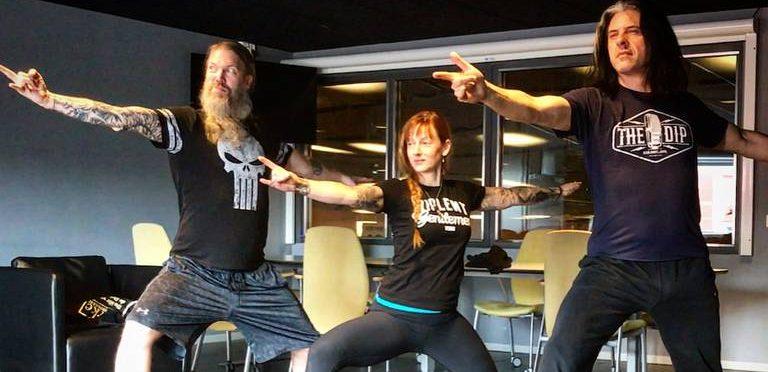 Vocalista de Amon Amarth da clases de yoga en línea