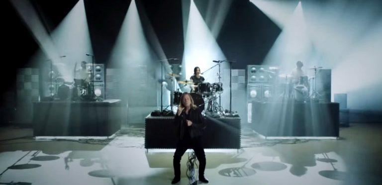 (Video) Travis Baker encabeza tremendo cover de banda legendaria